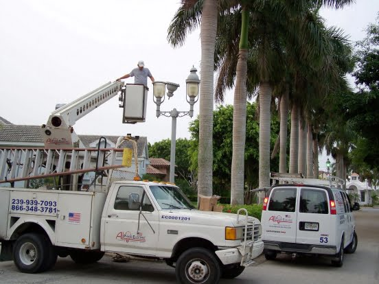 552x552_100_3_c_FFFFFF_979b89117539445976273c811fbbacf7_using-a-bucket-truck-to-fix-residential-street-lamps